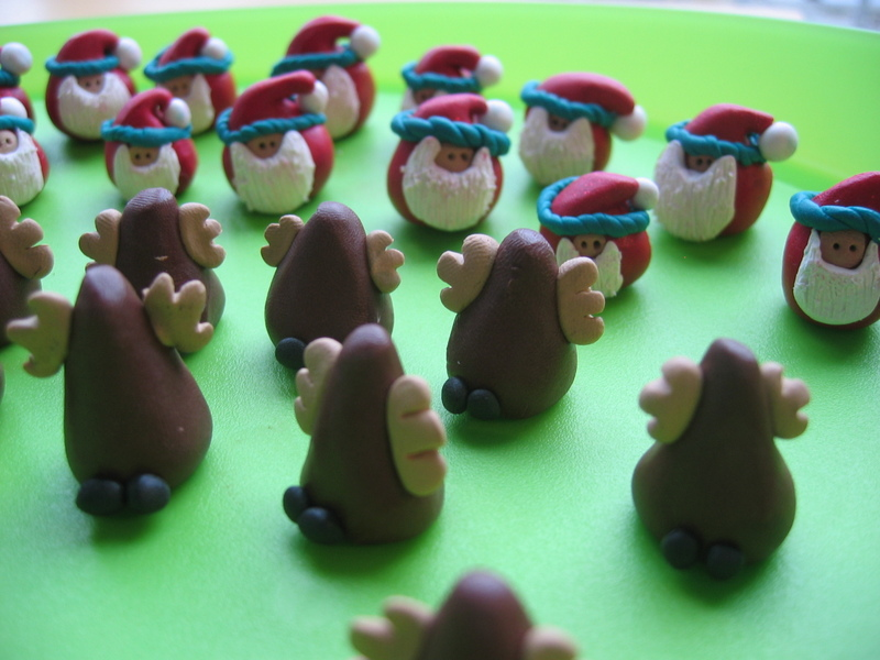 Fimo_santa_and_reindeer_on_tray